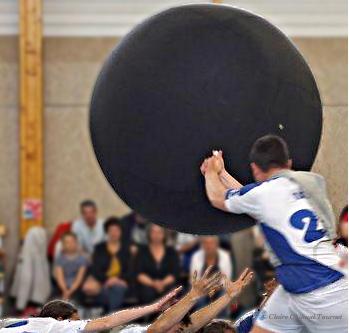 Un joueur frappe la balle.